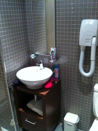 Vancouver Studios : Baño pequeño y nuevo