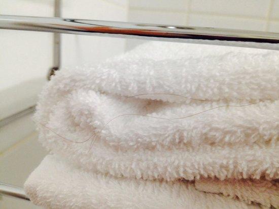 Adagio Access La Defense Place Charras: Des cheveux d'origine inconnue dans les serviettes censée être propres ...