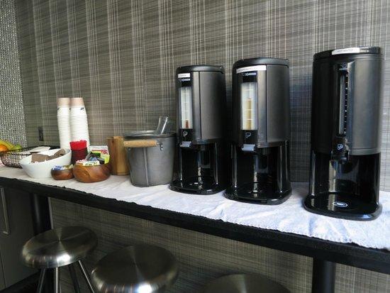 The Lex NYC : Desayuno muy pobre, con utensilios desechables y ubicado en los mostradores de recepción del hot