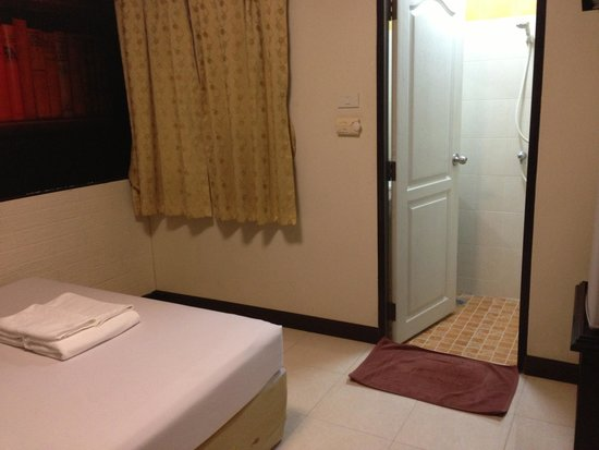 Rikka Inn: 部屋から見たバスルーム