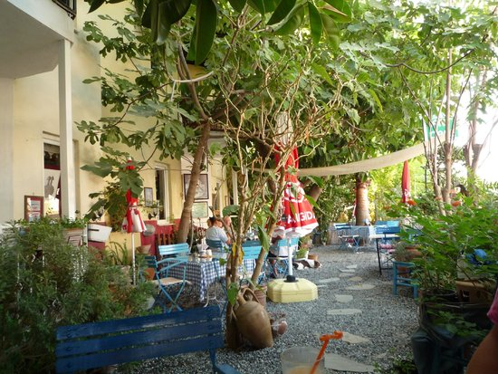 Dalyan Iz Cafe: Shady garden