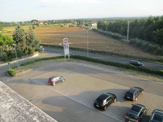 Galileo Palace Hotel: il parcheggio davanti l'albergo