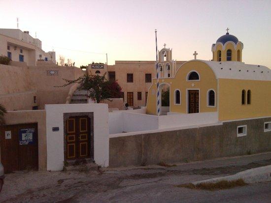 Lignos Folklore Museum: вход в музей и церковь