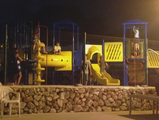Vacances Menorca Resort: PArque infantil de noche