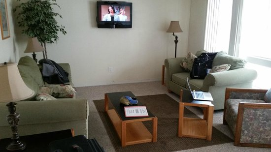 Anchorage Uptown Suites: cheap and dirty 80's decor (TV & cable were fine)