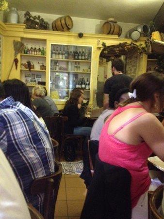 Le Laurencin : PERRO comiendo en la  mesa del restaurante...increible...Una falta de higiene tremenda