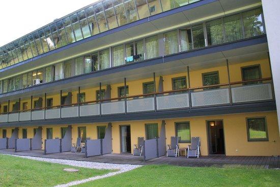 Austria Trend Hotel Schloss Lebenberg: Hintere Seite vom Hotel mit dem Blick ins Grüne