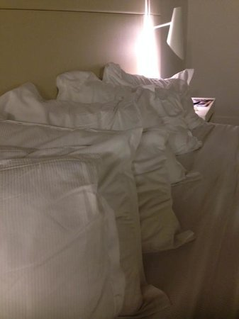 H10 Urquinaona Plaza Hotel: 6 pillows for 2 people - obviously!