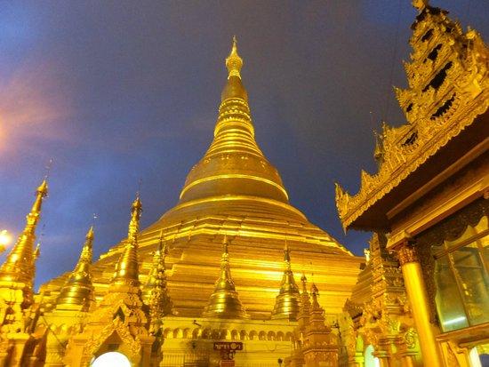 Shwedagon Pagoda: 夕暮れどき