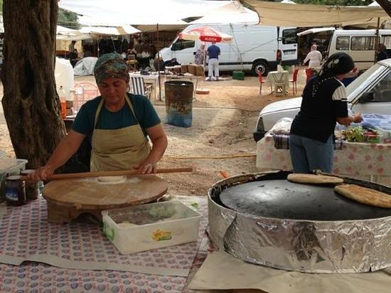 Kas Pazar Market: Preparing local pie at the market