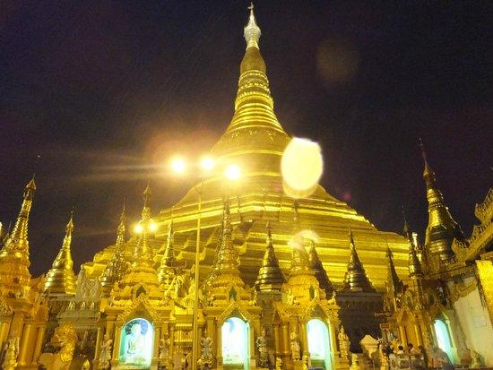 Shwedagon Pagoda: 雨模様