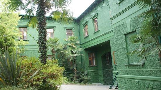 Stalin's Summer Residence: Le porche d'entrée depuis la court intérieure (contruit après la mort de Staline)