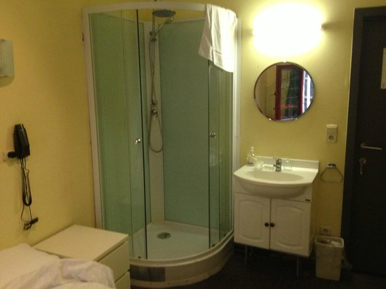Postiljon : Small room with private shower and sink...shared toilet nearby
