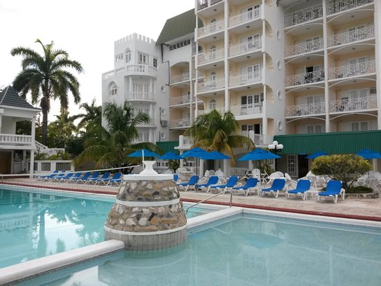 SeaGarden Beach Resort : view from chilling by the pool
