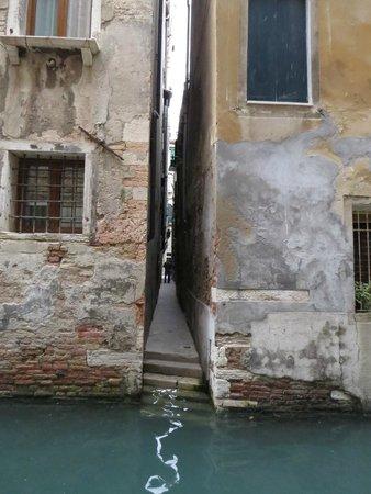 Hotel Al Ponte Mocenigo : The very narrow side entrance!