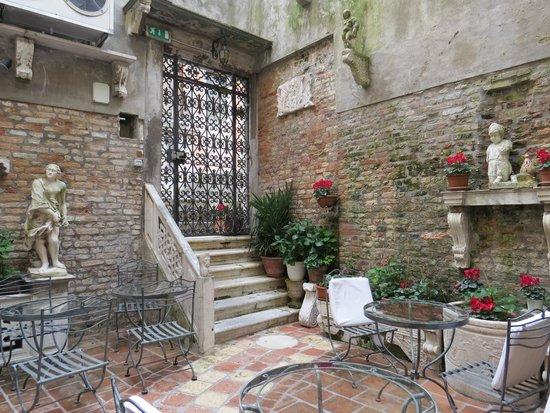 Hotel Al Ponte Mocenigo : Courtyard