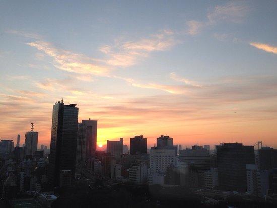 The Prince Park Tower Tokyo: ビルの隙間から上がる朝日!