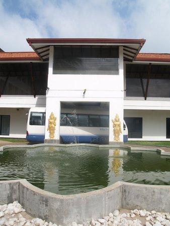 Golden Star Beach Hotel: Parkplatz und Eingang