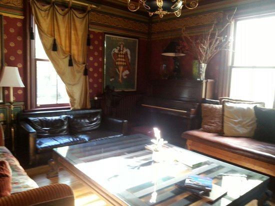 Pearls of Newport: Main house sitting room