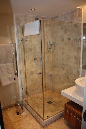 Mandela Rhodes Place Hotel: 2nd bathroom