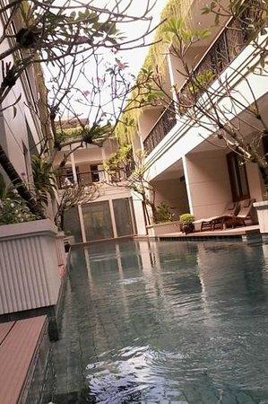 Seminyak Lagoon All Suites: suite di lantai dasar dengan akses ke kolam renang