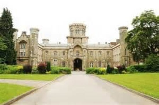Studley Castle Hotel and Conference Centre: Drive up to main entrance of Studley Castle