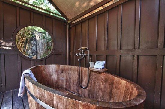 MacArthur Place - Sonoma's Historic Inn & Spa: Soaking tub