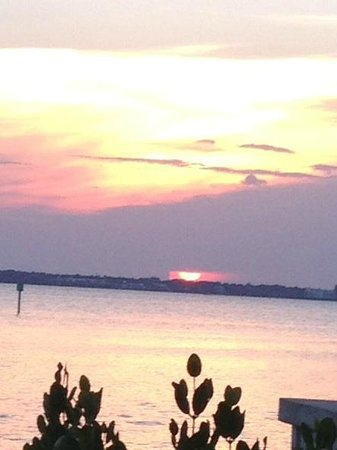 Cafe Coconut Cove: Beautiful view of sunset from our table