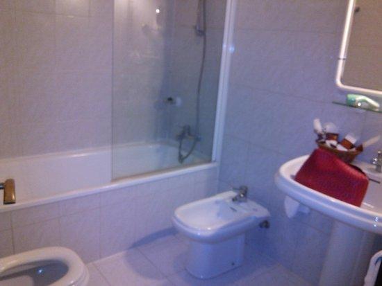 Hotel O Val Do Naseiro: Baño