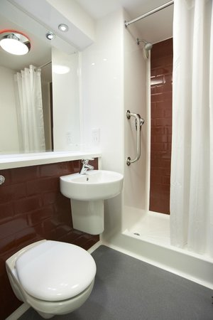 Travelodge Cardiff Central Queen Street: Bathroom with shower
