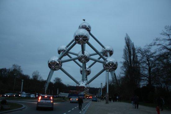 Atomium : Vista dal viale