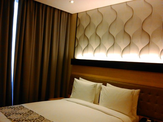 Holiday Inn Express Jakarta Thamrin: Queen bed, very comfortable with two choices of pillow
