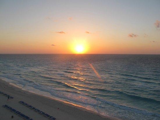 CasaMagna Marriott Cancun Resort: Vista Nascer do sol do nosso quarto!