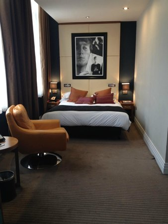 Hard Days Night Hotel: View to the bed