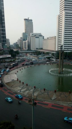 Hotel Indonesia Kempinski: View from my room on the 8th floor. Can't hear the traffic which is good.