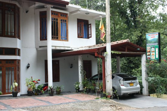 Oak Wood Inn Kandy Hotel : Notre chambre bruyante côté rue (rideaux bleus)