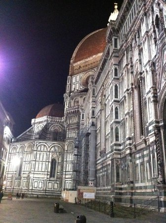 Hotel Duomo Firenze: Outside the hotel... The Duomo
