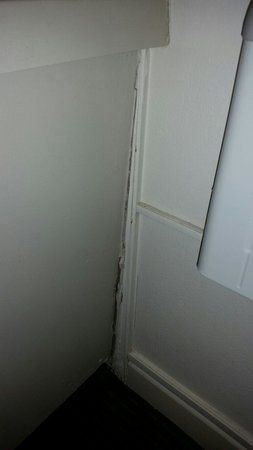 Travelodge Wynyard Sydney: One of the cracks in the wall