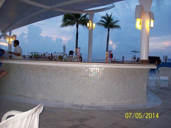 Cozumel Palace : pool bar at night