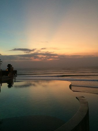 Anantara Uluwatu Bali Resort : sunset by the pool