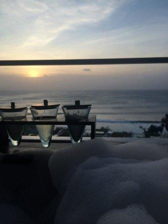 Anantara Uluwatu Bali Resort : jacuzzi on the balcony, what a view !