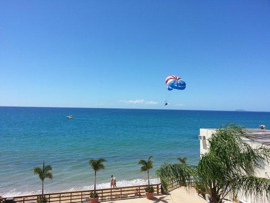 Villa Cofresi Hotel: Beach with full activity center including parasailing