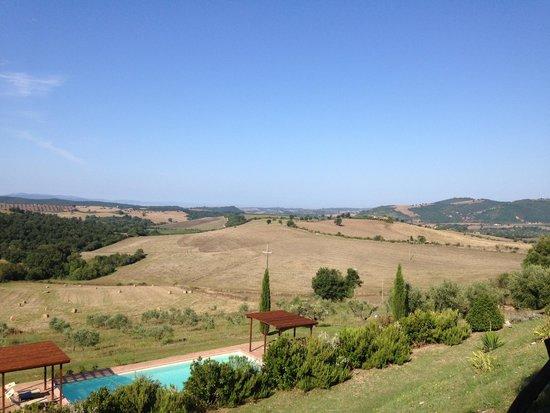 Quercia Rossa Farmhouse : Vue de l'agriturismo & sa piscine