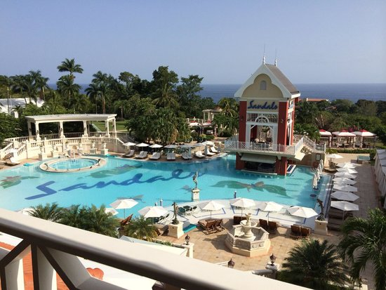 Sandals Ochi Beach Resort : Main pool view from room 7112 and Sea view