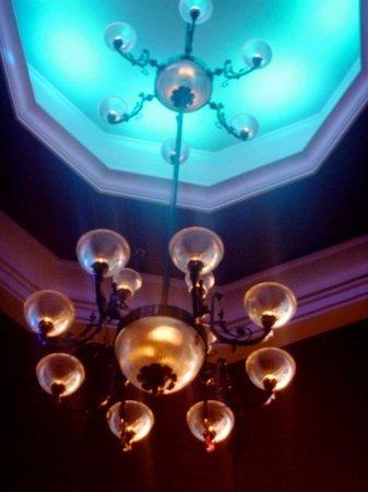 Raglan Road Irish Pub & Restaurant : Center chandelier