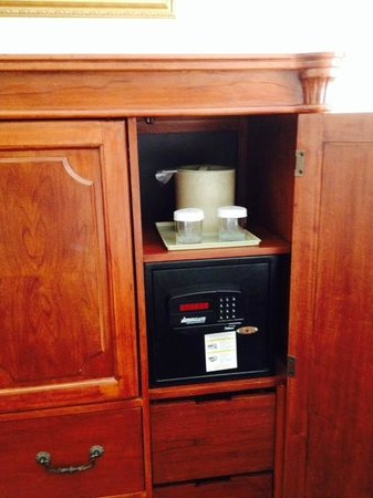 Harborside Hotel & Marina: Armoire with safe