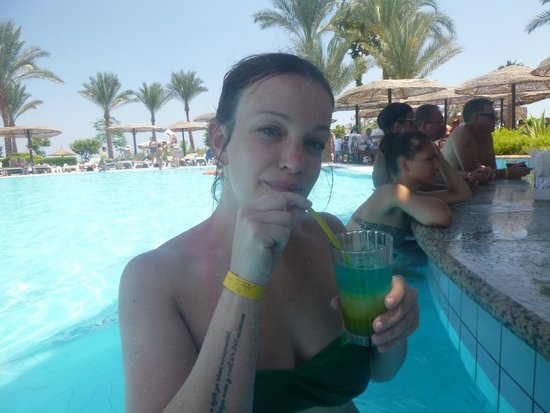 Royal Grand Sharm Hotel: By the pool bar, best time to go after 1pm when everone goes off for lunch