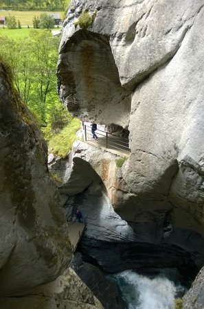 Trummelbach Falls: Beautiful rocks