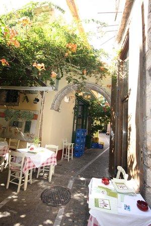 "Loggia Taverna Restaurant: Живописная зелёная ""крыша"""