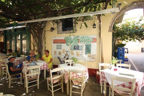 Loggia Taverna Restaurant: Столики на улице